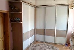 Фото углового шкафа-купе с пятью дверями из лакобеля