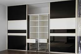 Фото встроенного шкафа с тремя дверями из лакобеля